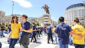 """Матурантите одиграа """"квадрил"""" на плоштадот Македонија"""