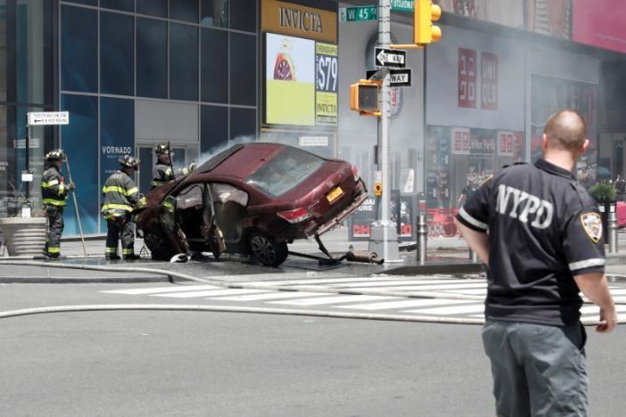 Автомобил влета меѓу пешаци на Тајмс Сквер  еден загинат