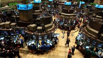 Раст на цените на акциите на Волстрит, пад на европските берзи