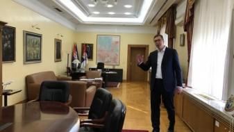 Вучиќ до српските граѓани: Поздрав, одам да работам