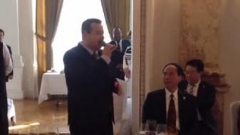 """(ВИДЕО) Ги забавуваше дипломатите: Ивица Дачиќ ја пееше """"О соле мио"""" на инаугурацијата на Вучиќ"""