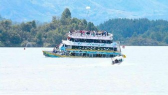 (ВИДЕО) Потона туристички брод во Колумбија: Најмалку девет загинати и 30 исчезнати