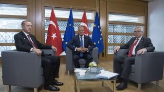 ЕУ: Анкара зема помош за демократија, а апси и затвора