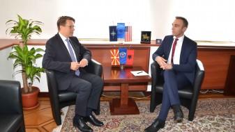 Артан Груби го пречека Жбогар со партиско знаме на ДУИ