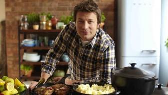 Познатиот готвач Џејми Оливер понуди бесплатна храна за погодените во пожарот во Лондон