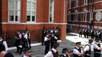 Терористите дивеат во Лондон, полицајците го чуваат Асанж