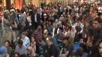 Муслимани славеа Рамазан пред кулата Трамп во Њујорк