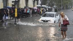 (ВИДЕО) Големо невреме во Истанбул – автомобили пловат по улиците, затворен аеродромот
