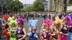 Берлин: Парада за правата на ЛГБТ заедницата-носеле маски со ликот на Трамп