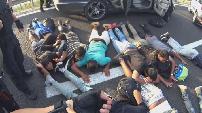 (ВИДЕО) Откриени 12 мигранти во автомобил, возачот еден час им бегал на полицајците