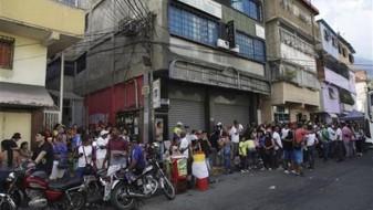 Фрустрирани жители на Каракас ги блокираат улиците