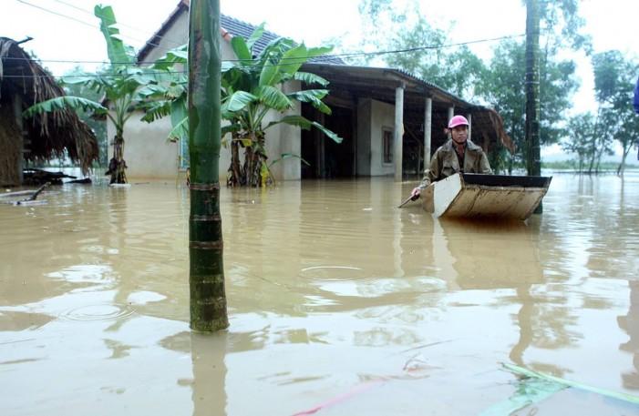 Тропска бура пустоши низ Виетнам