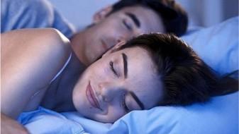 Паровите што спијат голи се најсреќни во врската