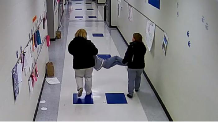 (ВИДЕО) Наставнички влечеле аутистично дете по под