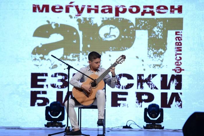 """Уметници од целиот свет се претставија на фестивалот """"Езерски бисери"""" во Струга"""