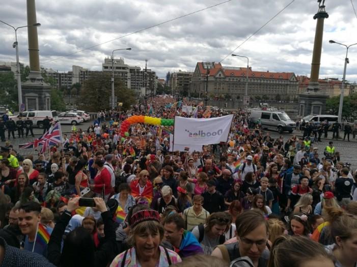 Илјадници луѓе, на чело со градоначалничката, учествуваа на геј парадата во Прага