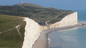 Во Британија повеќе од 100 лица се затруле на плажа