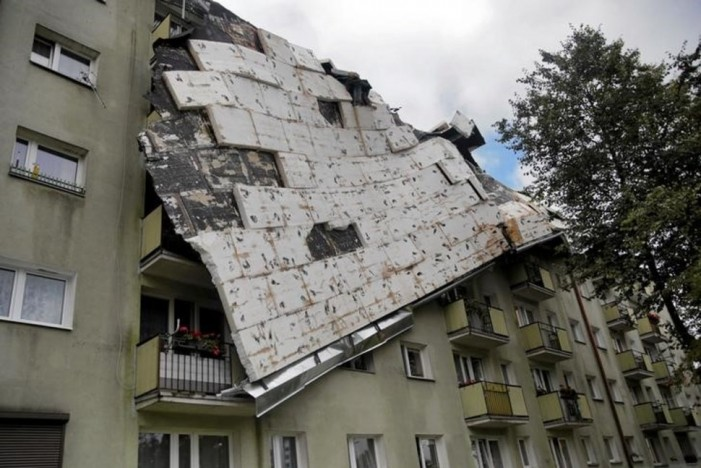 (ВИДЕО) Пет лица, меѓу кои две деца, загинаа во невреме во Полска