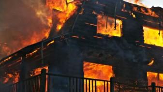 Син го спасил неподвижниот татко од опожарената куќа