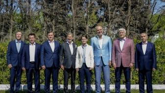 Албанскиот премиер Еди Рама во патики на меѓународниот состанок во Драч