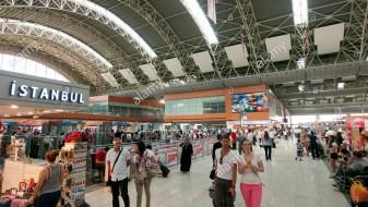 Петмина повредени во тепачка на аеродром во Истанбул