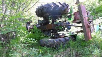 Старец починал кога паднал од трактор