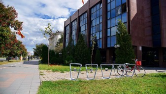 Во центарот на Скопје поставени 10 паркиралишта за велосипеди