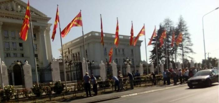 """Вработени во """"Колска"""" од Велес утрово протестираат пред Влада"""