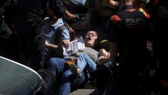 Судир на шпанската полиција со поддржувачите на независноста на Каталонија