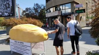 (ФОТО-галерија) Огромна векна леб ги зачуди минувачите среде Скопје