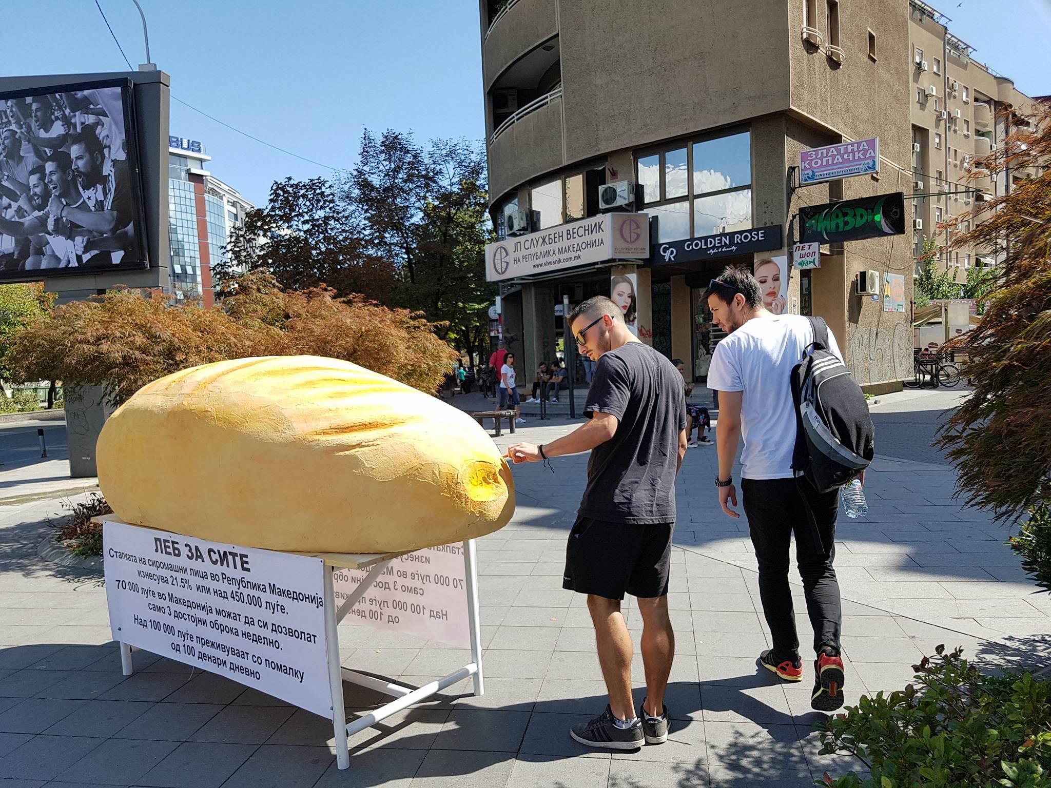 ФОТО галерија  Огромна векна леб ги зачуди минувачите среде Скопје