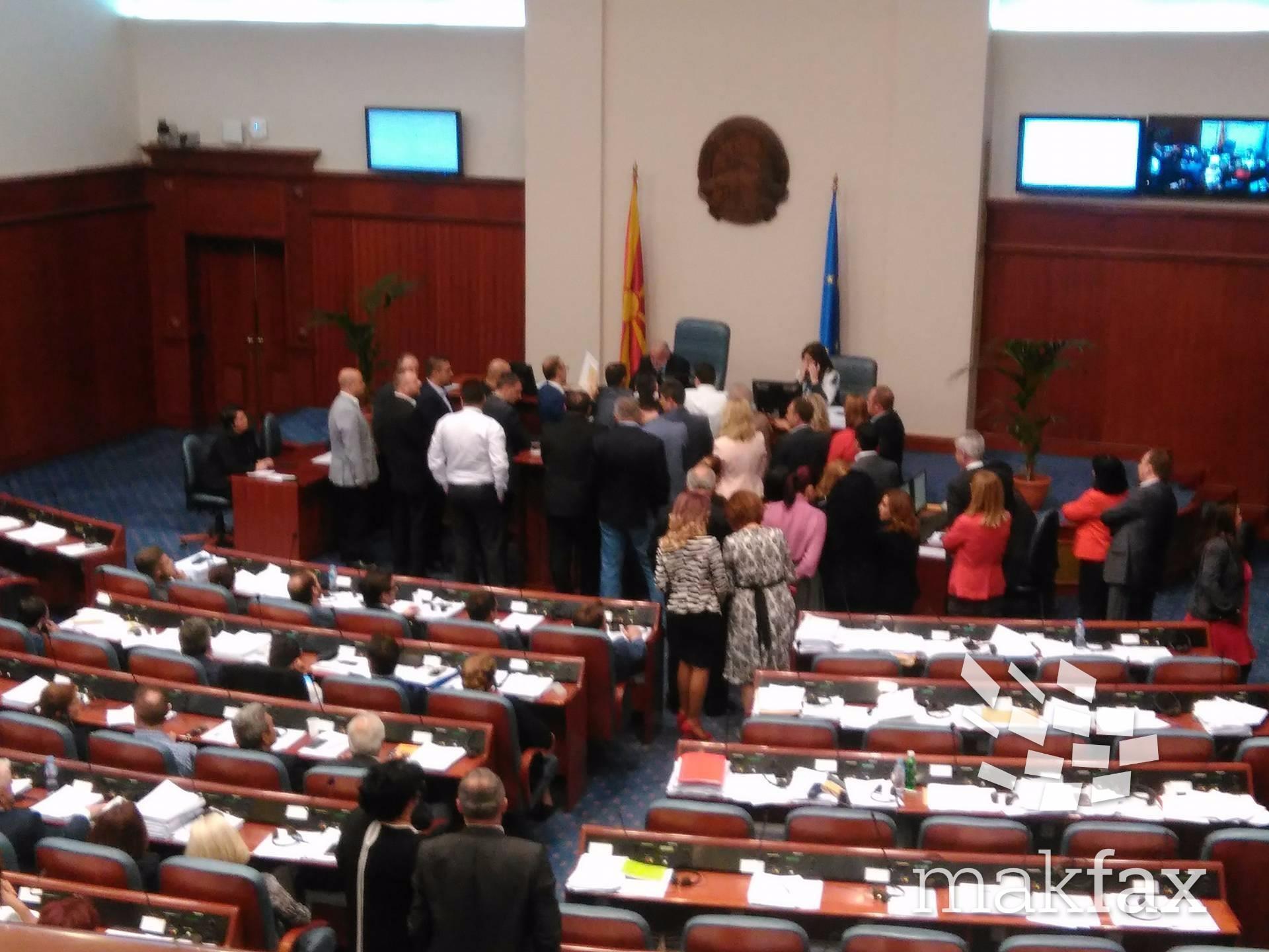Во хаотична атмосфера усвоен дневниот ред   пратениците на ВМРО ДПМНЕ ја окупираа говорницата