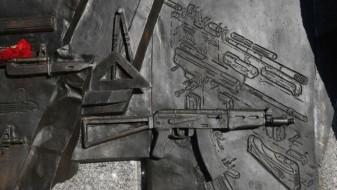 Споменикот на Калашников со германско оружје