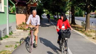 Министерката Апостолска и амбасадорот Пломп со велосипеди низ Скопје