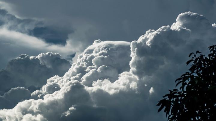Променливо облачно со слаби врнежи од дожд и снег