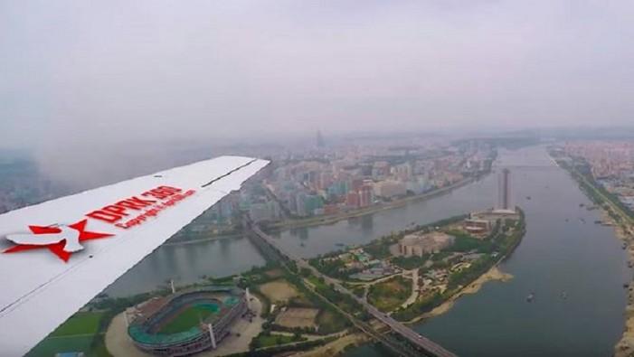 (ВИДЕО) Шарени згради и празни улици: Ретка снимка од Пјонгјанг направена од авион