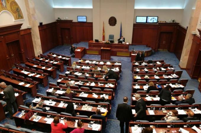 Пратениците на ВМРО-ДПМНЕ преку паузи го блокираат Законот за јазици