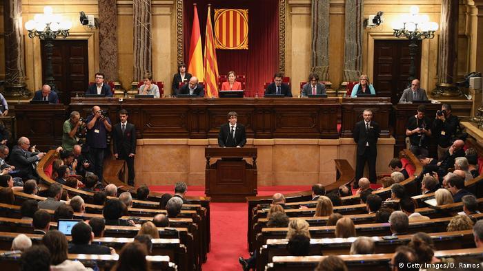 Рахој се заканува со укинување на автономијата на Каталонија