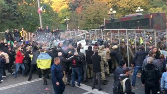 (ВИДЕО) Полицијата се судри со демонстрантите пред парламентот во Украина