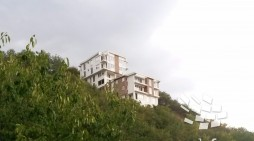 Луксуз во глина над Жданец, зградите се искачуваат упорно кон Водно