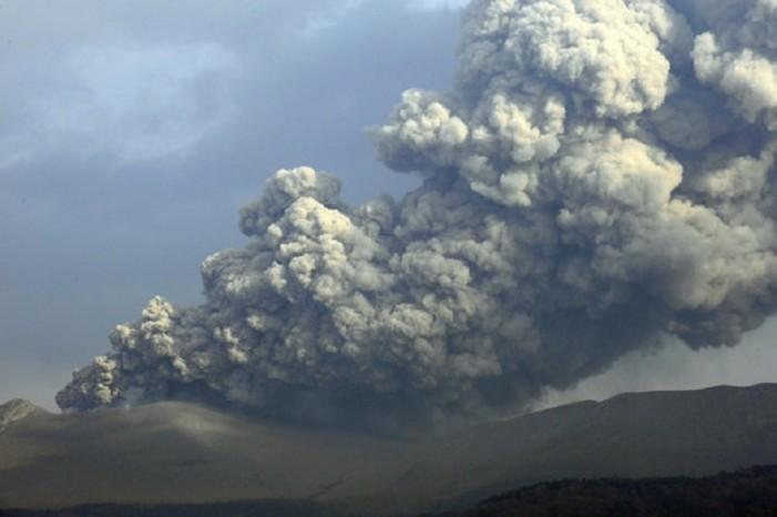 (ВИДЕО) Ерупција на вулкан во Јапонија: Четири града прекриени со пепел