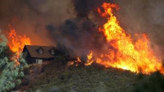 Калифорнија: Силни ветрови го отежнуваат гаснењето на пожарот
