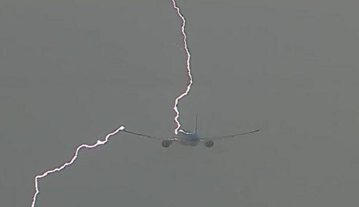 (Видео) Гром удри во патнички авион при полетување