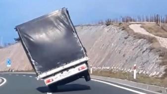 (Видео) Спречена голема несреќа: Камион на автопат во Риека се движел на две тркала поради силниот ветер