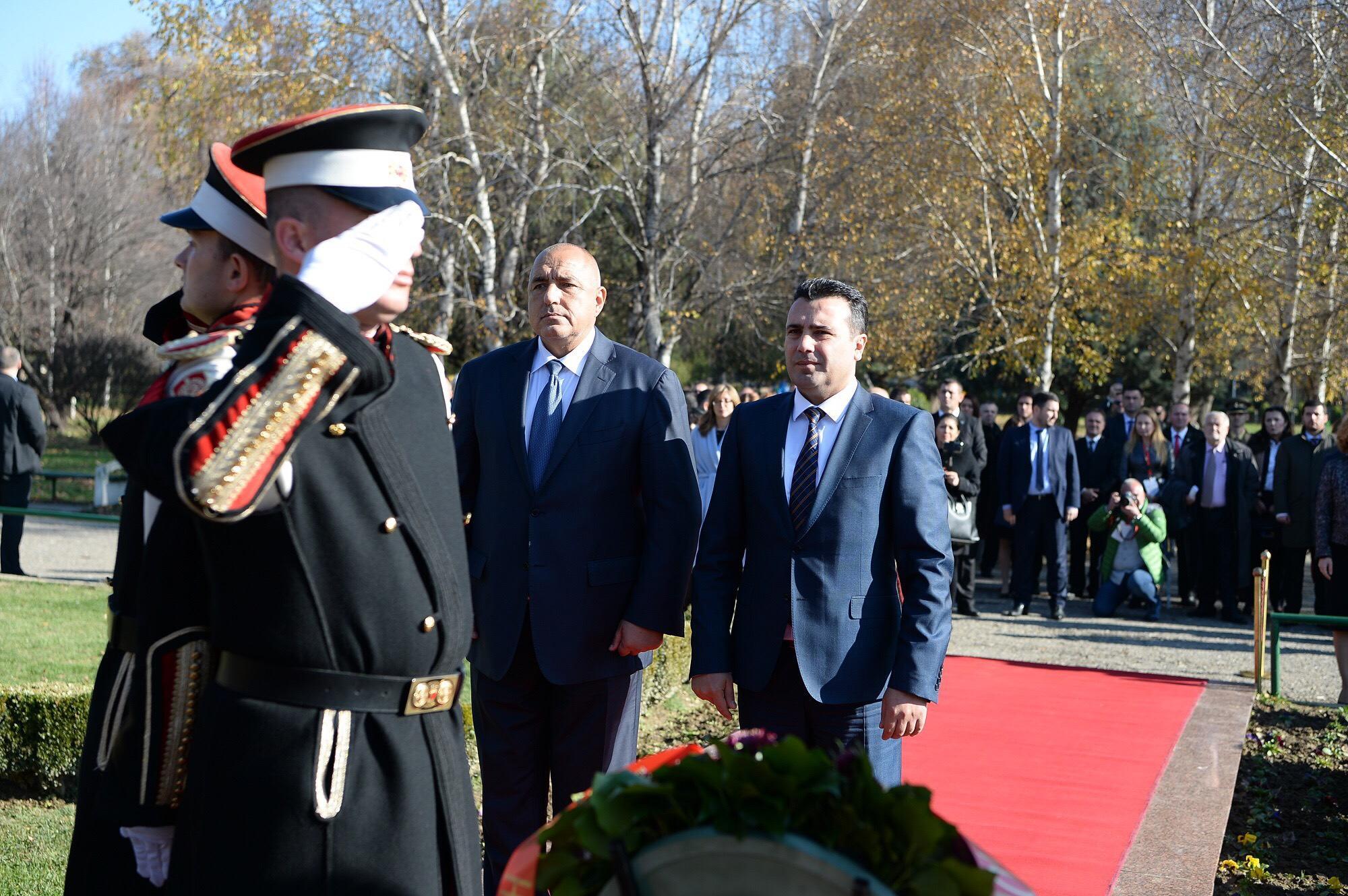 Заев и Борисов положија свежо цвеќе пред споменикот на Борис Трајковски