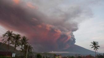 Десетици летови откажани поради вулканска ерупција на островот Бали