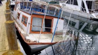 Еколошки инцидент: Се излеа нафта од потонат брод во каналот Студенчишта