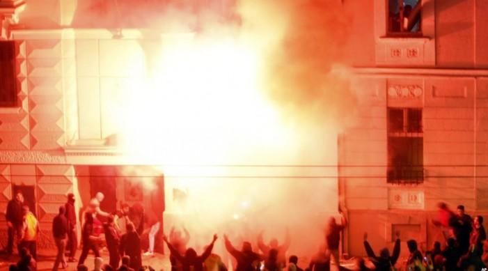 Условни казни за потпалувачите на американската амбасада во Белград