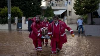 Најмалку 15 лица загинаа во поплавите во Атина, врнежите продолжуваат и викендов