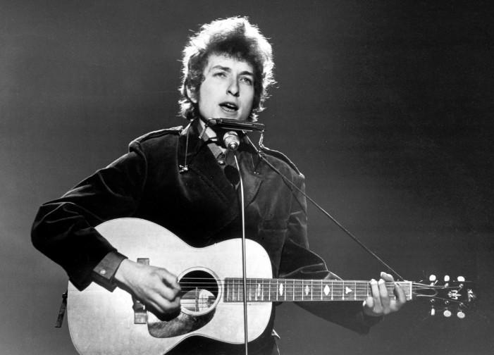 Гитара на Боб Дилан продадена речиси 400.000 долари